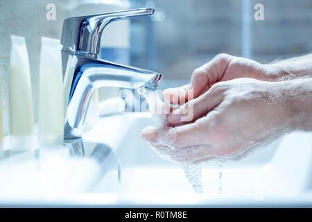 Geschäftsmann seine Hände waschen am Morgen vor der Arbeit - Stockfoto