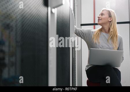 Techniker Prüfung Server im Server Raum - Stockfoto