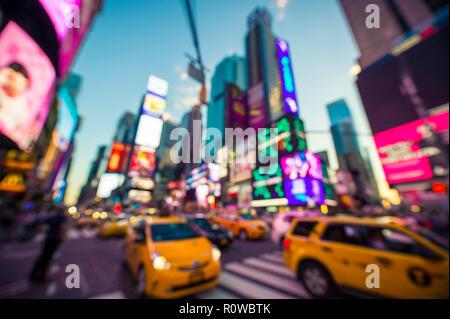 Abstrakte Unschärfe-effekte im Blick auf die hellen Neonlichter und Verkehr des Times Square unter Dämmerung Himmel in New York City, USA - Stockfoto