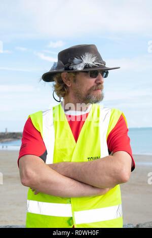 Folkestone Stadt Sprucer Arbeitnehmer. Sie gibt ihnen Zeit zu halten, Folkestone, sauber und ordentlich für alle zu genießen und machen es schön aussehen. - Stockfoto