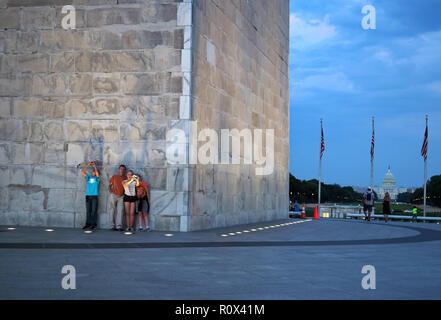 Washington, DC, USA. Aug 2017. Familie posiert und unter selfies an der Basis des Washington Monument. - Stockfoto