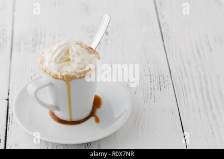 Eiskaffee mit Sahne Milch und Karamell Eis in hohe Gläser auf rustikalen Holztisch, selektiver Fokus - Stockfoto