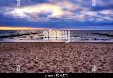 Sonnenuntergang am Strand von Ahrenshoop in Mecklenburg-Vorpommern auf der Halbinsel Fischland-Darß-Zingst an der Ostsee. - Stockfoto