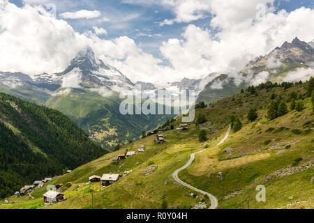 Schöne Aussicht auf das Matterhorn Gipfel und kleinen Dorf als im Sommer Wanderung von Blauherd nach Sunnegga gesehen - Stockfoto