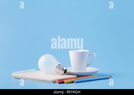 Energie und Ideen für Künstler, Kaffee, Glühbirne und Buntstifte - Stockfoto