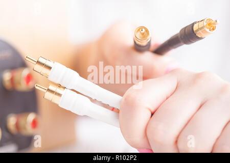Audio Anschlüsse in weibliche Hände - Stockfoto
