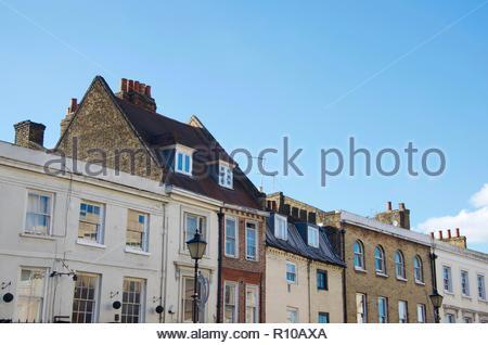 Altes haus Fassaden in Greenwich bei London, UK, blauer Himmel, sonnig, Wohnungen, Architektur, Gebäude, Verkehr, Straßenlaternen, Altstadt, Park - Stockfoto