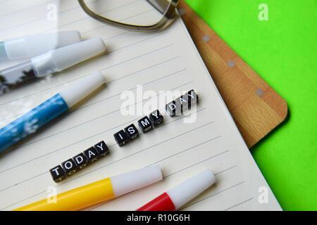 Heute ist mein Tag Nachricht auf hölzernen Blöcke geschrieben. Bildung und Motivation Konzepte. Kreuz verarbeitete Bild auf grünem Hintergrund - Stockfoto