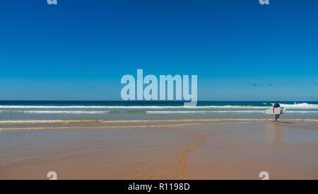 Surfer auf eine atlantische Strand in Frankreich - Stockfoto