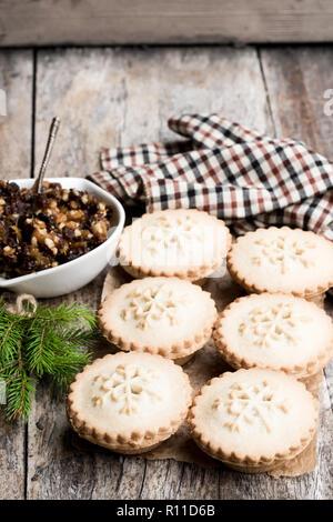 Mince Pie Gruppe auf hölzernen Tisch - Stockfoto