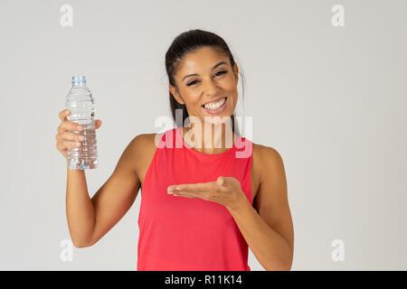 Portrait von schönen Fitness Sportler junge Frau mit Wasserflasche nach Arbeit isoliert Trainieren auf grauem Hintergrund im Trinkwasser profitieren - Stockfoto