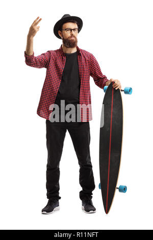In voller Länge Porträt einer männlichen hipster Holding ein Longboard und gestikulierend Frieden mit Fingern auf weißem Hintergrund - Stockfoto