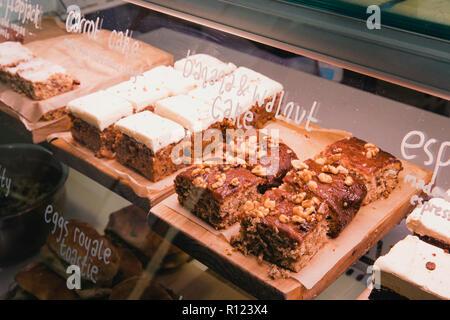 Auswahl an Kuchen in einem Coffee Shops. - Stockfoto