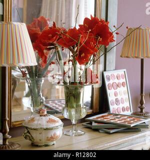 Rosen in Vase neben Spiegel - Stockfoto