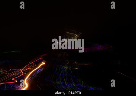 Motion Blur auto Licht Wanderwege auf der Autobahn auf schwarzem Hintergrund. - Stockfoto