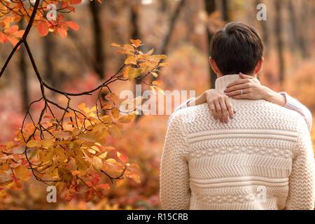 Paar in Liebe umarmen im schönen Herbst Tag