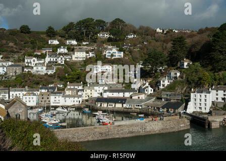Blick auf den hübschen historischen Cornish Fischerdorf Polperro mit dem Hafen, Fischerboote und Fisherman's Cottages im Sonnenschein von Ende Sommer. - Stockfoto