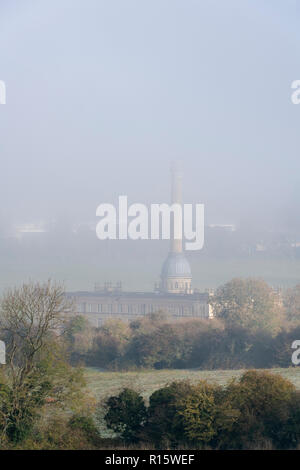 Am frühen Morgen Nebel über Bliss Tweed Mühle im Herbst. Chipping Norton, Cotswolds, Oxfordshire, England - Stockfoto