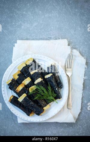 Tofu gebraten mit Nori auf einer Platte - Stockfoto