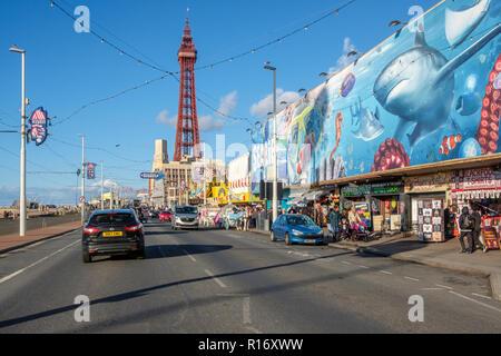 Promenade in Blackpool während einer Herbst Wochenende. Blackpool ist einer der beliebtesten Badeorte Englands. - Stockfoto