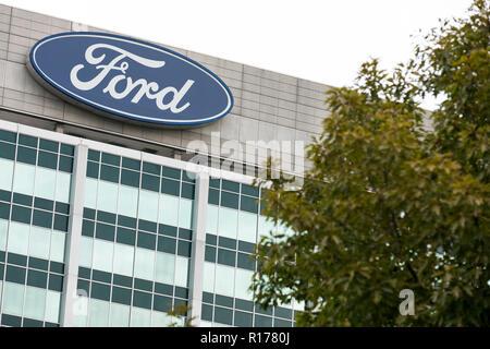 Ein logo Zeichen außerhalb des Hauptquartiers der Ford Motor Company in Dearborn, Michigan am 26. Oktober 2018. - Stockfoto