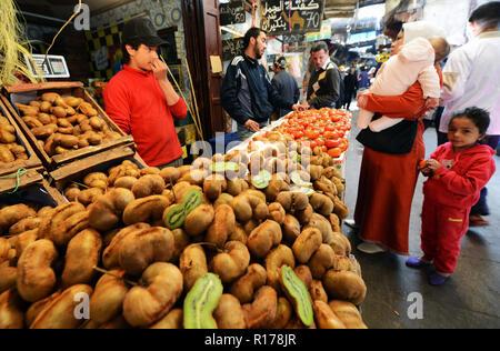 Die engen Gassen und den lebhaften Märkten in der Altstadt von Fez. - Stockfoto
