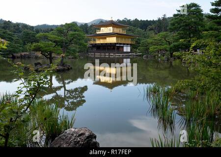 Der Tempel des Goldenen Pavillion in Kyoto, Japan - Stockfoto