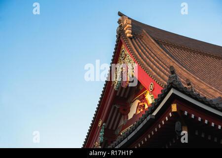 Asakusa Tempel in Tokio, Japan während der Dämmerung auf einen Tag fallen. - Stockfoto