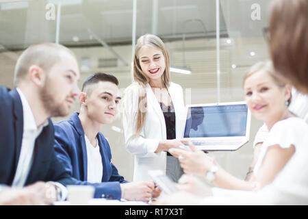 Gruppe von Unternehmen, die in der Tabelle in das moderne Büro eines Bürogebäudes, Teamarbeit und diverse Hände zusammen, Geschäftsbeziehungen - Stockfoto