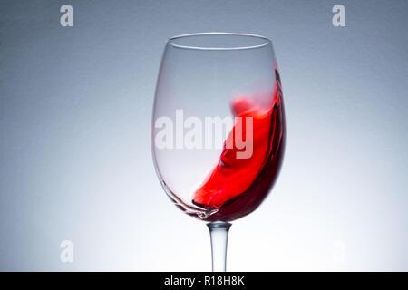 Rotwein in Glas, planschen, Spritzen, wave Rotwein Nahaufnahme - Stockfoto
