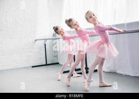 Anmutige elegante kleine Ballerinas zusammen zu praktizieren im Ballett studio - Stockfoto