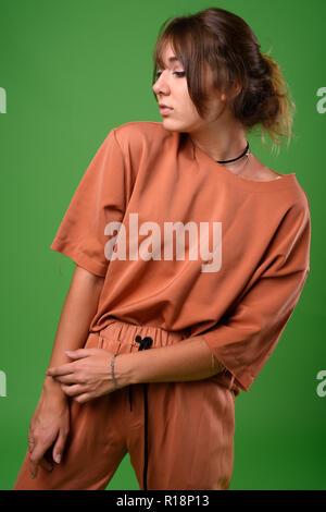 Studio shot der jungen schönen Frau gegen grüner Hintergrund - Stockfoto