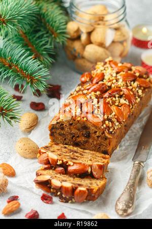 Obstkuchen. Traditionelle weihnachtliche Kuchen mit Mandeln, getrocknete Cranberries, Zimt, Kardamom, Anis, Nelken. Für das neue Jahr. Selektiver Fokus - Stockfoto