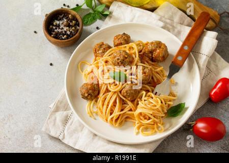 Italienisches Pastagericht. Spaghetti mit Hackbällchen mit Tomatensauce auf Stein oder Beton. Kopieren Sie Platz. - Stockfoto