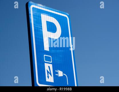 Street Schild Parkplatz mit einer Ladestation für ein Elektrofahrzeug - Stockfoto