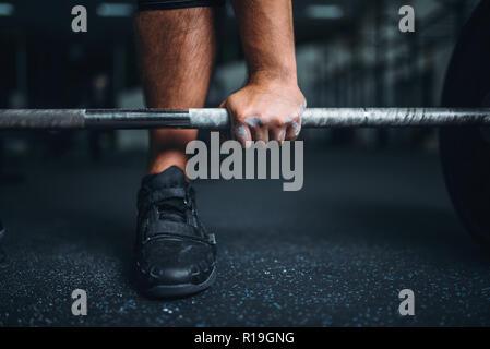 Männliche powerlifter bereitet sich für Kreuzheben ein Barbell in der Turnhalle. Gewichtheben Powerlifting Workout, Training, Lifter funktioniert mit Gewicht in Sport Club - Stockfoto