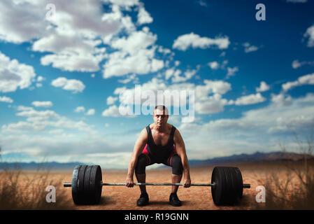 Männliche Gewichtheber bereitet Gewicht nehmen, Kreuzheben, sandige Wüste auf dem Hintergrund. Weightlifting workout Outdoor, bodybuilding Training - Stockfoto