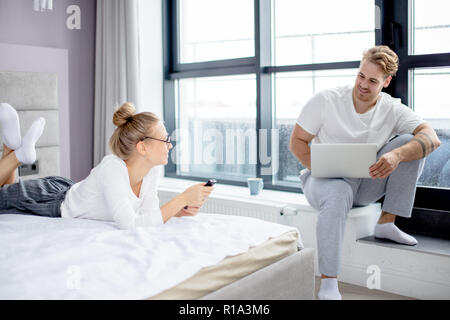 Positive junger Mann und Frau eine gute Zeit zu Hause in - Stockfoto