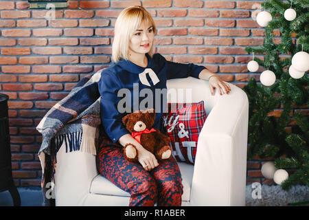 Mädchen sitzen auf einem Stuhl - Stockfoto