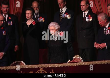 Königin Elizabeth II. mit der Prinzessin, Prinz Michael von Kent, Earl of Wessex und Prinz von Wales, nimmt ihren Sitz für den jährlichen Royal British Legion Festival der Erinnerung in der Royal Albert Hall in London, die feiert und ehrt alle diejenigen, die ihr Leben in Konflikten verloren haben. Stockfoto