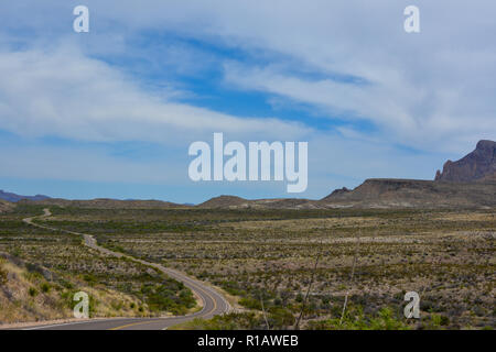 Straße über die offene Wüste in Big Bend National Park im Südwesten von Texas. - Stockfoto