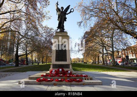 London, Großbritannien. - 11. November 2018: Poppy Kränze links im Hammersmith Kriegerdenkmal auf Shepherd's Bush Green auf das 100-jährige Jubiläum seit dem Ende des Ersten Weltkriegs. Credit: Kevin J. Frost-/Alamy leben Nachrichten - Stockfoto
