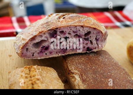 Hausgemachte gesundes Brot glutenfrei. Bunte Brot aus gesundes Müsli gemacht. Gesundes glutenfreies Brot, Rooty. Hintergrund Textur von Brot. - Stockfoto