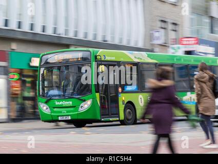 Stagecoach South Downs Verbindungen grüne Bus Nummer 1 mit Motion Blur in einer belebten Hauptstraße in Worthing, West Sussex, England, UK. Travel Concept.