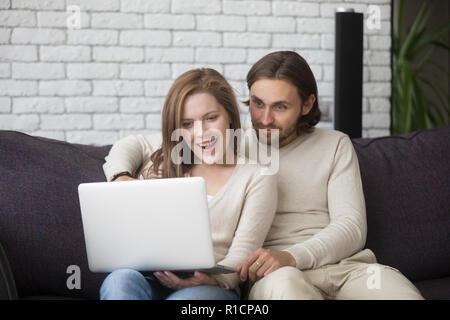 Ehepaar mit Computer kaufen über das Internet - Stockfoto