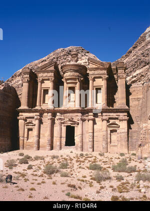 Die Ed-Deir Grab in Petra mit einem Esel. Die alte Stadt von Petra ist ein UNESCO Weltkulturerbe - Stockfoto