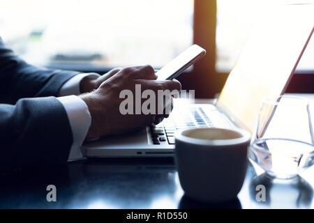 Junge Unternehmer arbeiten mit moderner Geräte, digitale Tablet Computer und Handy. Neue Technologien für den Erfolg Workflow Konzept. - Stockfoto
