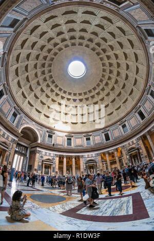 Blick auf die Kuppel des Pantheon, Rom, Italien. - Stockfoto