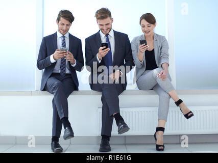 Business Team mithilfe Ihres Smartphones während der Arbeit brechen. - Stockfoto
