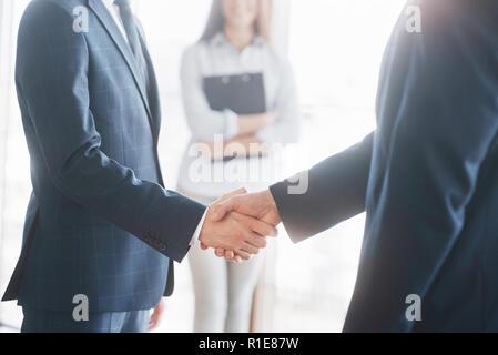 Geschäft Leute die Hände schütteln, bis Beendigung einer Versammlung - Stockfoto